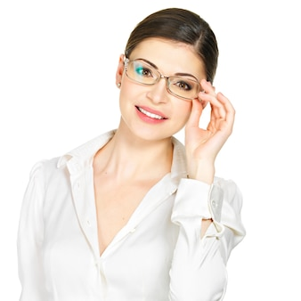 Портрет красивой счастливой молодой женщины в очках и белой офисной рубашке, изолированные на белом фоне