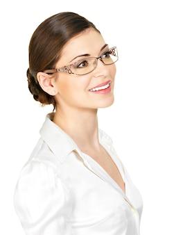안경과 흰색 사무실 셔츠-흰색 배경에 고립에서 아름 다운 행복 한 젊은 여자의 초상화