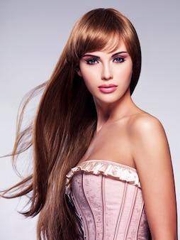 長い髪の美しいセクシーな女性の肖像画。ストレートヘアスタイルのファッションモデル