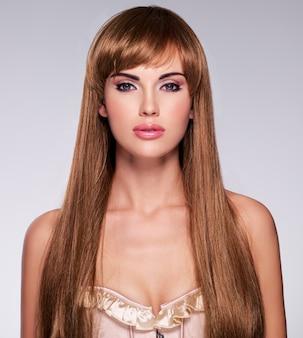 긴 머리를 가진 아름 다운 섹시 한 여자의 초상화. 스트레이트 헤어 스타일의 패션 모델