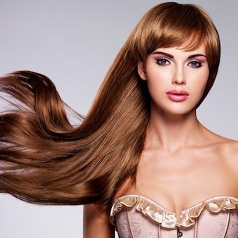 긴 머리를 가진 아름 다운 섹시 한 여자의 초상화