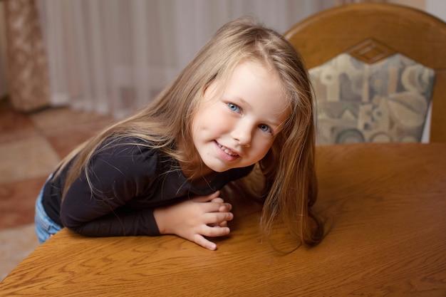 美しい笑顔の少女の肖像画