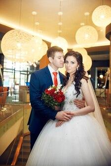 Портрет жениха и невесты в свадебном зале. влюбленная пара, муж и жена