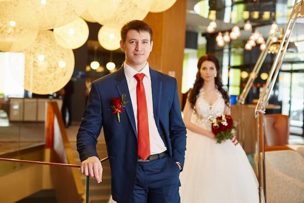 結婚式場での新郎新婦の肖像画。愛するカップル、夫と妻