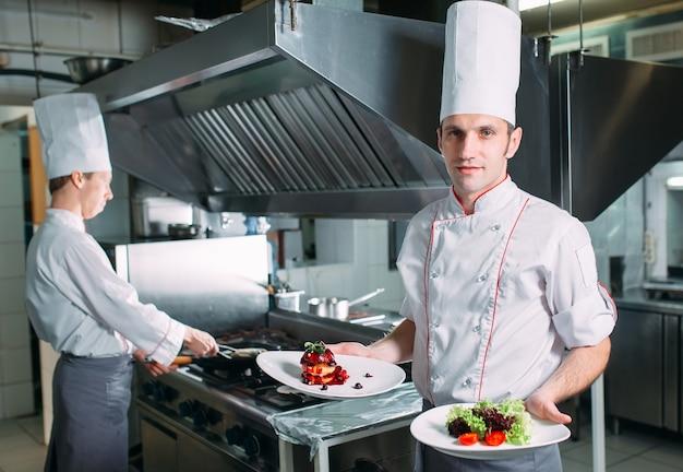 レストランのキッチンで調理済みシェフのフォアグラのシェフの肖像画。