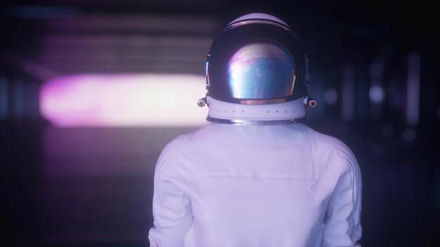 Портрет футуристического космонавта на космическом корабле с удивлением оглядывается