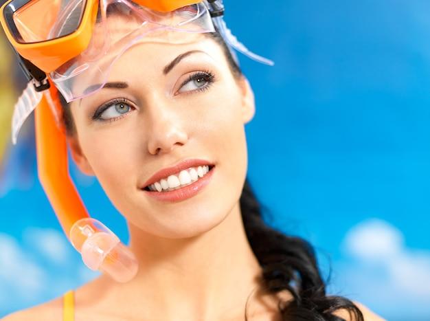 Портрет счастливой красивой женщины, наслаждающейся на пляже.