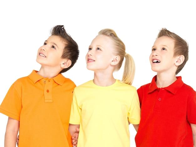 Портрет счастливых детей, глядя вверх - изолированные на белом