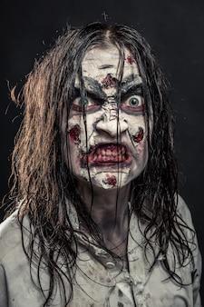 血まみれの顔を持つホラーゾンビの女性の肖像画