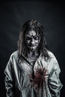 피 묻은 얼굴을 가진 공포 좀비 여자의 초상화