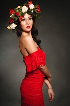 그녀의 머리에 꽃의 화 환을 가진 이상적인 여자의 초상화. 패션 아트 초상화입니다. 꽃 장미와 밝은 아름 다운 봄 소녀