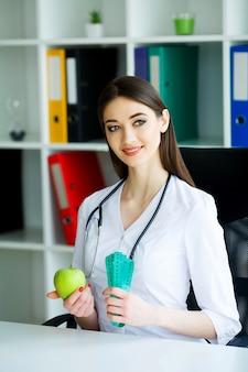 Портрет счастливого диетолога в светлой комнате
