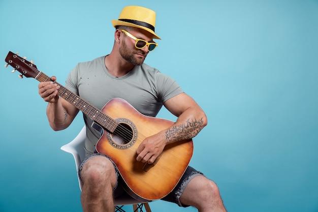 어쿠스틱 기타를 연주하고 노래하는 음악가의 초상화