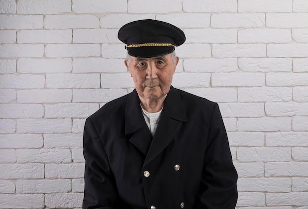 Портрет старика капитана корабля