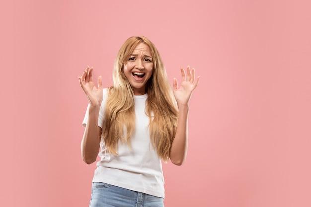 Портрет испуганной женщины на розовом