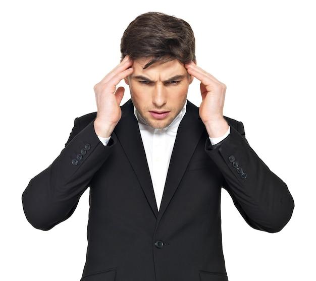 머리에 손으로 생각 사업가의 초상화. 무거운 스트레스를 받고있는 젊은 남자의 초상