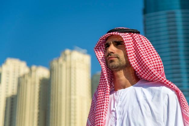 Портрет молодого арабского делового человека