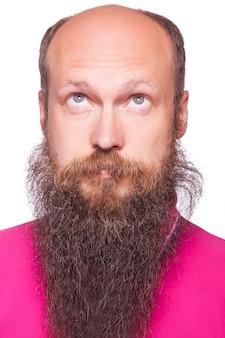 수염을 가진 젊은 대머리 생각 남자의 초상화를 찾습니다. 흰색에 격리.