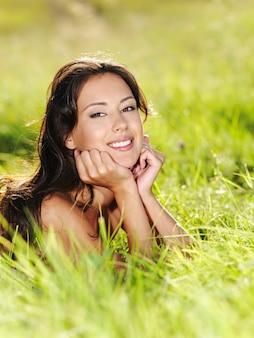 若い美しい笑顔の女性の屋外の肖像画