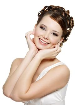 モダンな茶色のメイクと短い巻き毛の若い笑顔の女性の肖像画