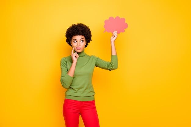 新しいアイデアを考えている思考のピンクの雲を見て赤いズボンに興味のある女性を熟考する思考の肖像画。