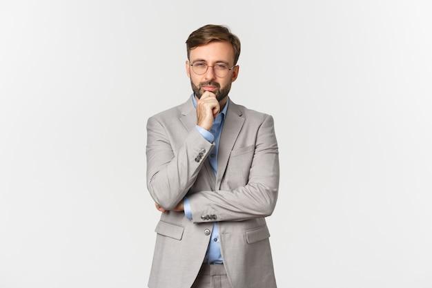 眼鏡と灰色のスーツで思いやりのあるひげを生やした実業家の肖像画