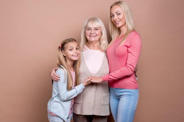 행복한 아름다운 여성의 3 세대의 초상