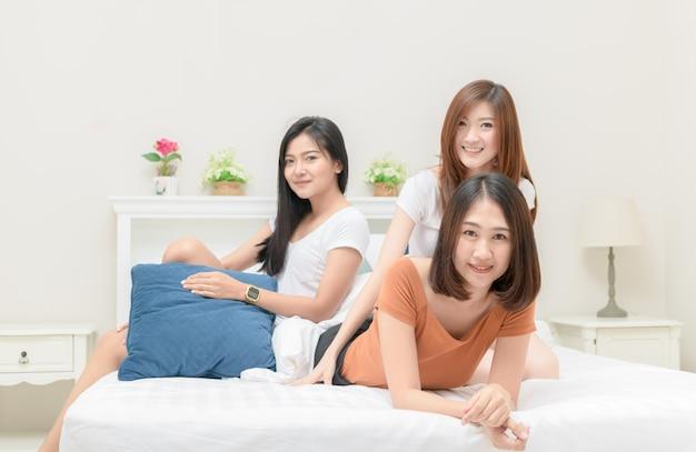 침대에 세 예쁜 여자의 미소