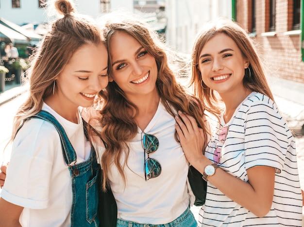 최신 유행 여름 옷을 입고 세 젊은 아름 다운 웃는 hipster 여자의 초상화. 길거리에서 포즈 섹시 평온한 여자. 긍정적 인 모델 재미