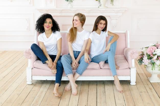 다른 유형의 피부를 가진 세 젊은 여성의 초상화