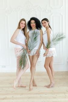 Портрет трех молодых женщин с разными типами кожи