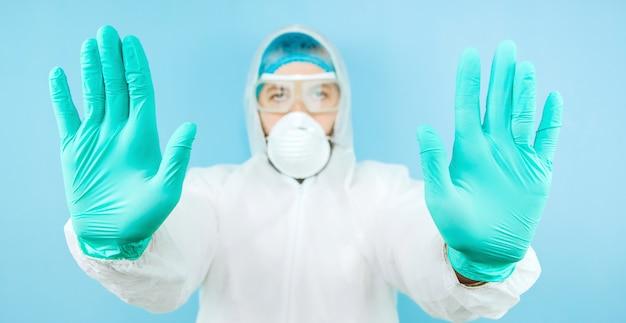 Портрет утомленного доктора после смещения в больнице. доктор в защитной одежде - очки, маска, перчатки. врач лечит пациентов с коронавирусом. covid-2019