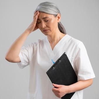 Портрет усталого медицинского работника женского пола