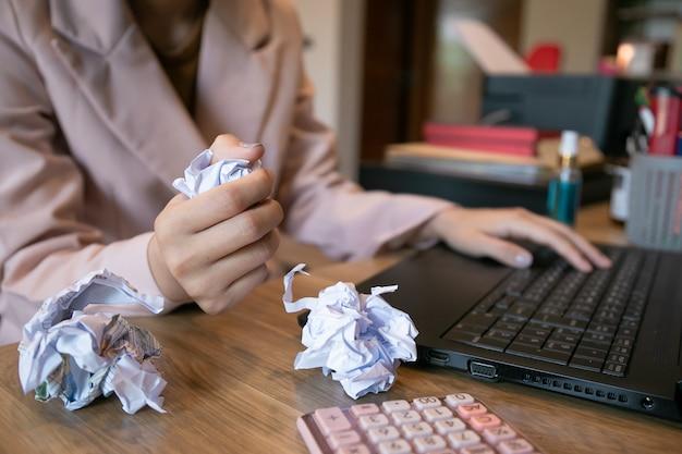 Портрет утомленной молодой бизнес-леди с портативным компьютером, усиленный женский предприниматель не имеет представления что делать с проблемой.