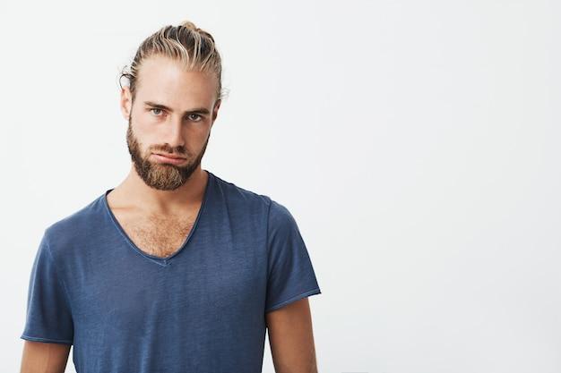 スタイリッシュな髪型とひげと疲れた若い男の肖像