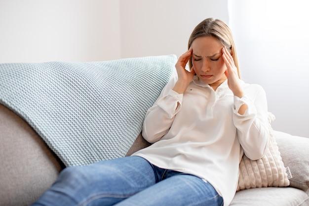 頭痛に苦しんで疲れている若い女性の肖像画