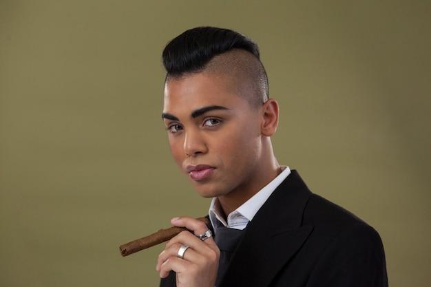 Портрет трансгендерной женщины, держащей сигарету