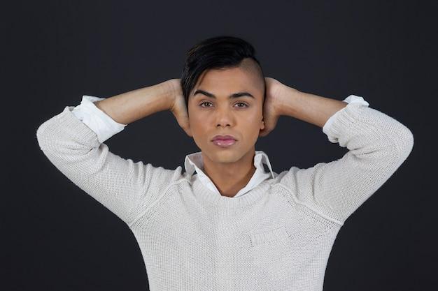 Портрет трансгендерной женщины с поднятыми руками