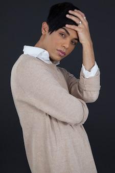 Портрет трансгендерной женщины с головой в руке