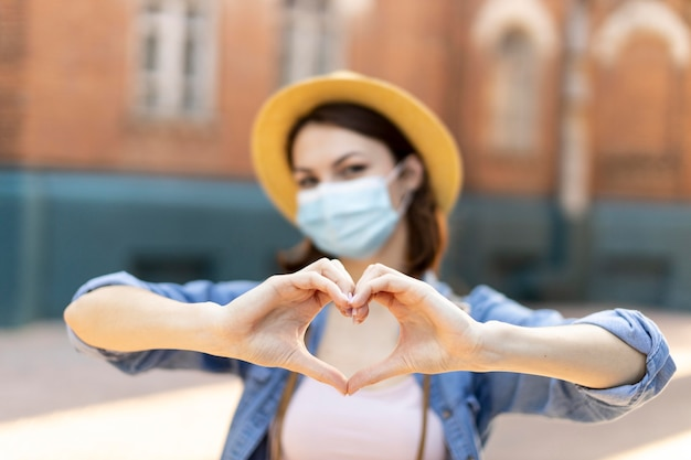 帽子と医療マスクを持つ旅行者の肖像画