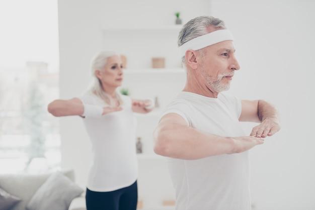 運動をしている2人の愛らしい人の肖像画