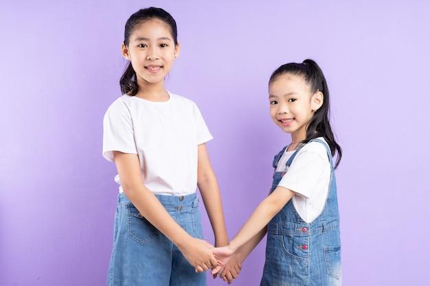 보라색 배경에 두 아시아 여자의 초상화