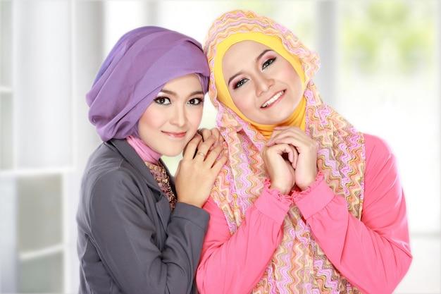 Портрет двух красивых мусульманских женщин, с удовольствием