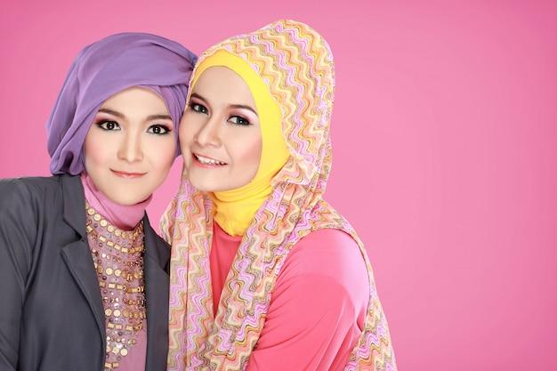 함께 두 아름 다운 이슬람 여자의 초상화