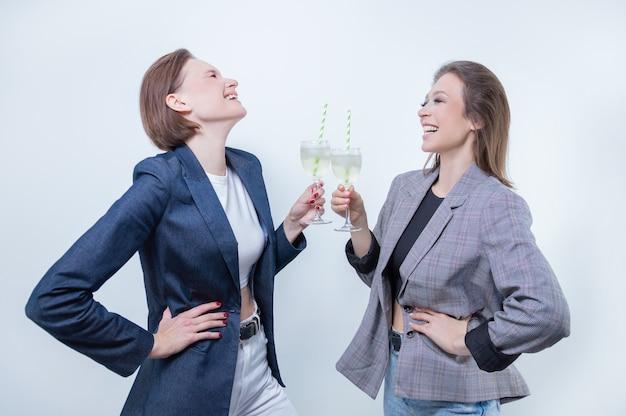 Портрет двух деловых женщин в куртках с очками в руках. концепция празднования успешных деловых сделок. смешанная техника