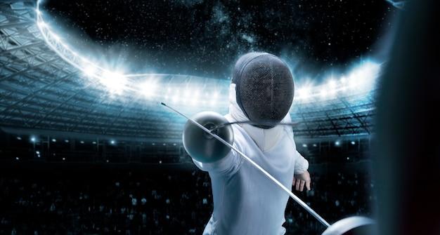 Портрет двух фехтовальщиков на фоне спортивной арены