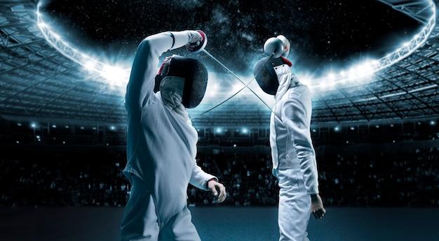 스포츠 경기장을 배경으로 두 명의 검객의 초상화