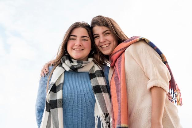 Портрет двух девушек на фоне неба