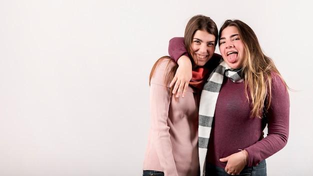 Портрет двух девушек на белом фоне