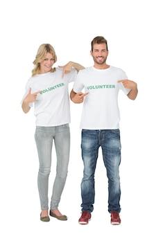 自分自身を指している2人の幸せなボランティアの肖像